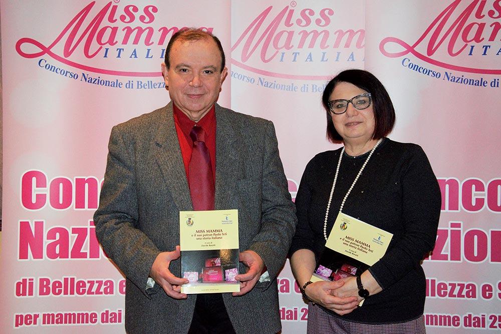 Paolo Teti e la moglie Maria Grazia Montevecchi con il libro Miss Mamma e il suo Patron Paolo Teti, una storia italiana